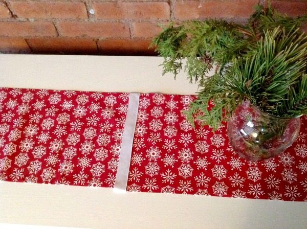 This table runner was made out of basic, inexpensive dinner napkins! So smart!!
