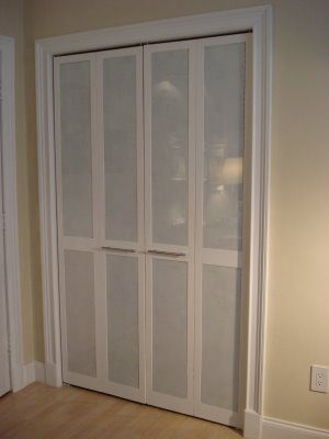 Diy closet doors 10 beautiful and inspiring ideas for Back painted glass designs for wardrobe