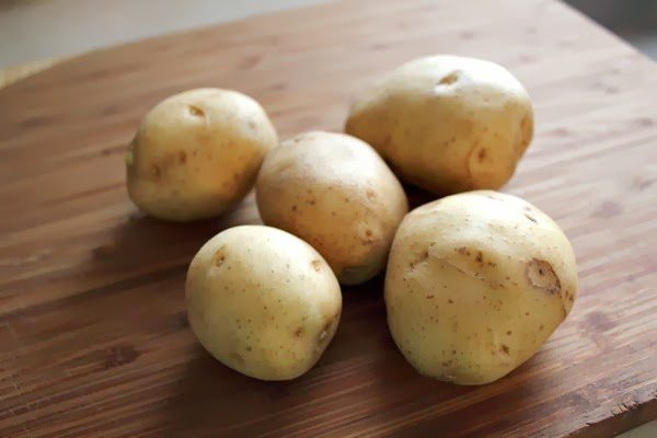 If you need a clever trick to help you quickly peel potatoes, look no further! This trick is a little unconventional, but it can really save you precious minutes in the kitchen, especially when you're making potatoes for a crowd!