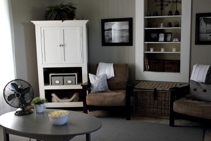 Paint colors and decor sources for this easy-peasy neutral living room make over!