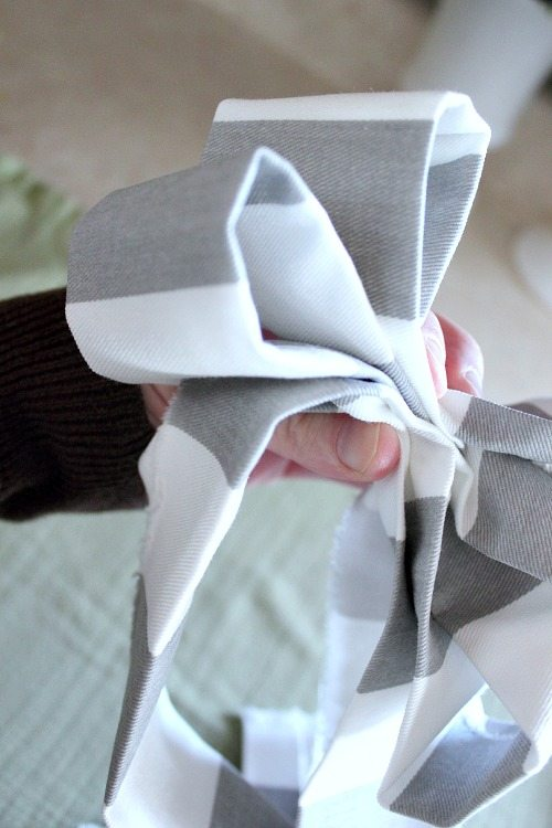 How to make a perfect bow out of any fabric you choose! Good to know if you don't have any ribbon on hand or if you just need a bow to match your decor perfectly!