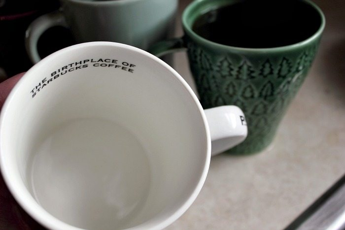 If you're a coffee or a tea drinker, you need to know this natural way to remove tea stains from your cups and mugs. Here's how to do it easily without using harsh chemicals!