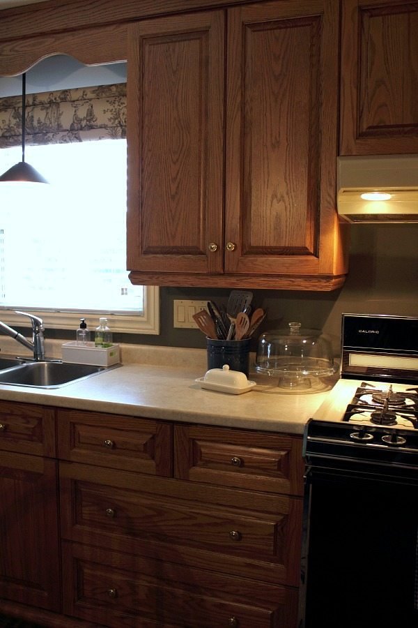 Budget-friendly ways to update a very outdated kitchen. Love the farmhouse style touches!