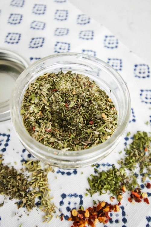 DIY Homemade Italian Seasoning recipe! Store for later