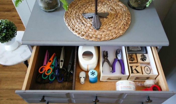 Super clever trick for controlling clutter around the home! Love this little ninja tactic!