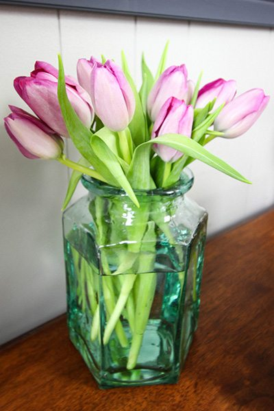 Out in the garden or a bouquet in your home, nothing better announces the arrival of spring like freshly blooming tulips!   Give your indoor bouquets that springy feeling for longer with this little trick to prevent drooping flowers.