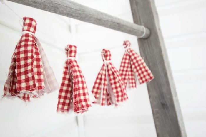 These fabric tassel garlands are such a cute idea for party decor, for holidays, or just for kids' rooms!