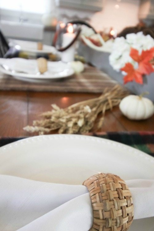 Love this fun and festive farmhouse tablescape for fall!