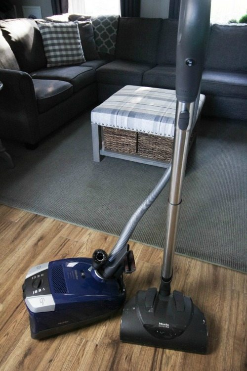 If your vacuum smells bad you really need this tip! Here's how to deodorize your vacuum cleaner so you can breathe freely again.