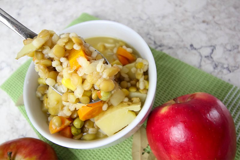 My favorite healthy stew recipe: this lentil barley stew with apples is the perfect hearty fall/winter stew recipe! It's healthy & full of great flavours.