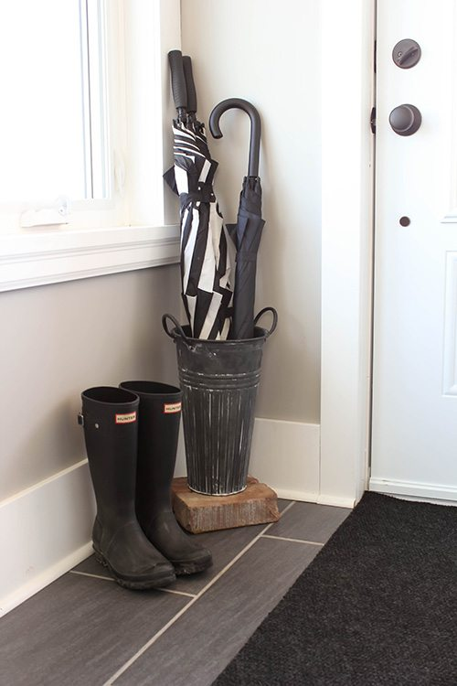 Taking a few minutes to prepare your entryway for spring is a great way to make sure that you're able to really fully enjoy all the season has to offer, both inside and outdoors!