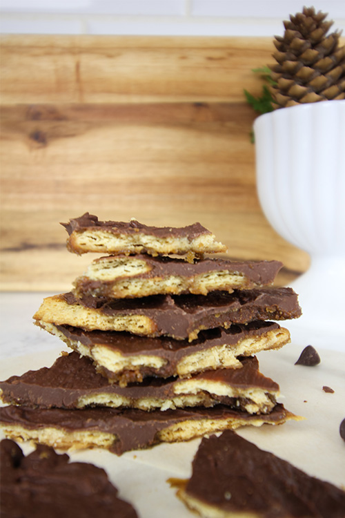 Amazingly beautiful, delicious and impressive Ritz Cracker Bark