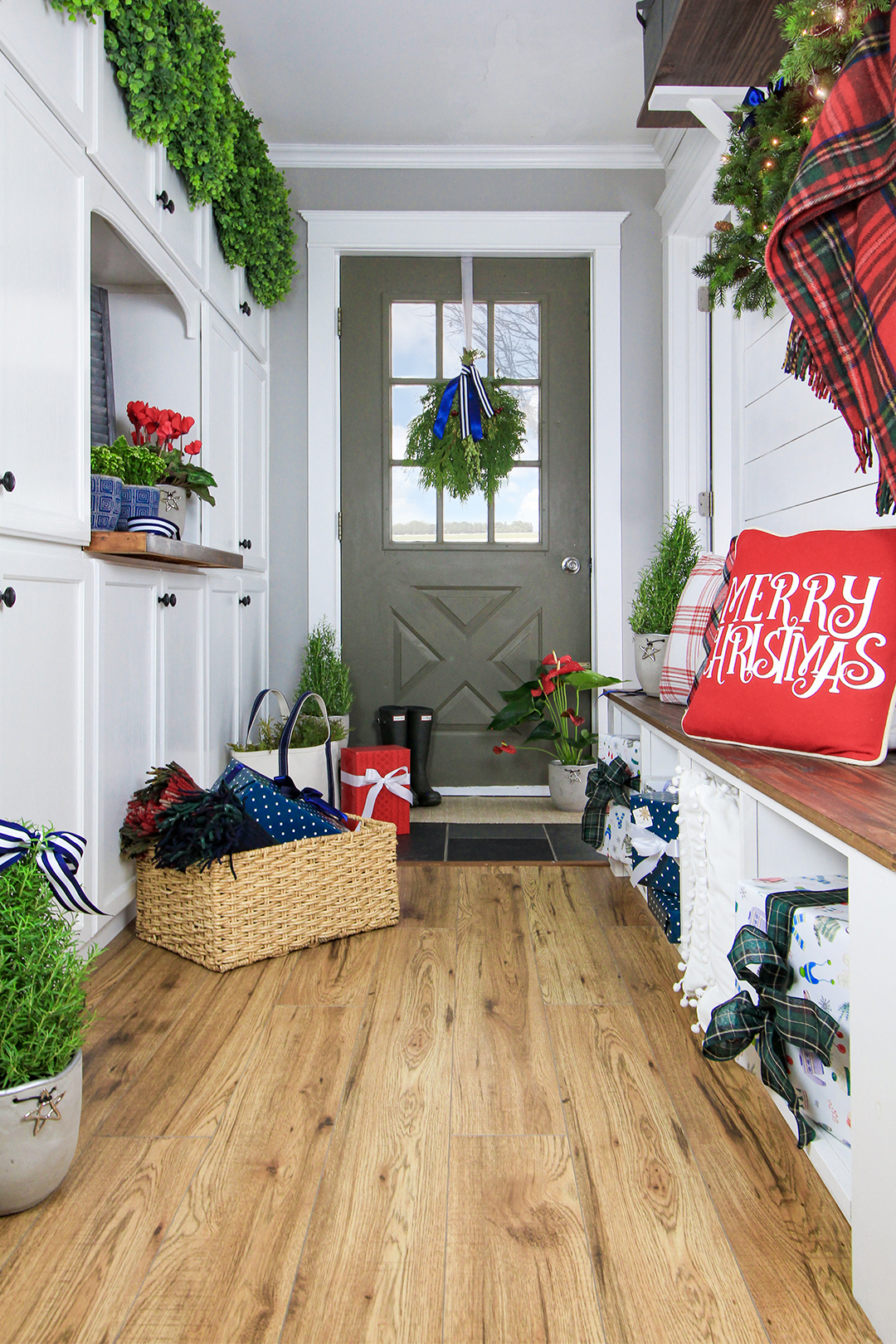 Whether it's for a kitchen, entryway, office, or anywhere else in your home, there's just something so festive and charming about this look. Here's how to hang wreaths on cabinet doors!